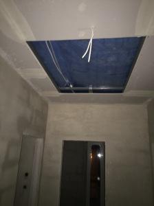 Decke zum Dach mit dem Loch für die Bodeneinschubtreppe.
