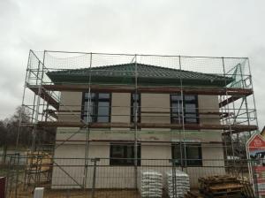 Dach fertig eingedeckt und Fenster montiert