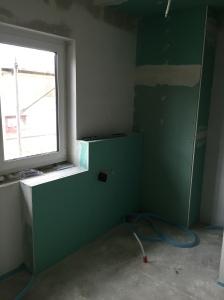 Trockenbau Bereich Badewanne. Links ist der Zulauf für die Badewanne und rechts ist das Abgasrohr und die Wasserleitung versteckt.