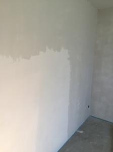 Und hier ist gut der Unterschied zwischen unbehandelter und gespachtelter Wand zu sehen